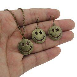 Divatos lánc és fülbevaló smiley formájában