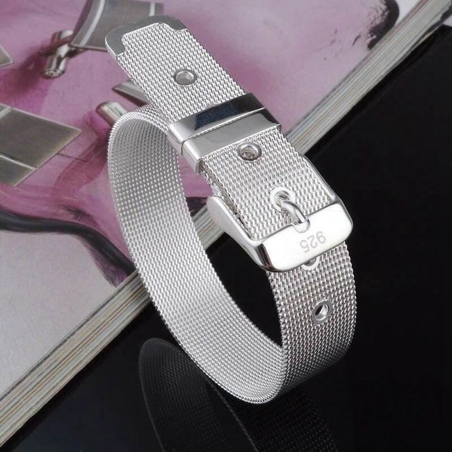Dámský náramek ve tvaru pásku ve stříbrné barvě 1
