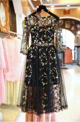 Elegantní dámské šaty s květinovou výšivkou